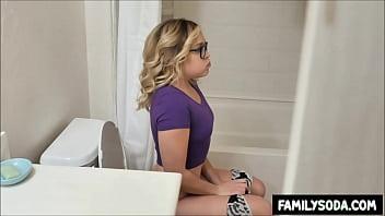 Не молодая дама со светлыми прядями сосет фаллос юношу перед камерой