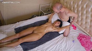 Сексапильная телочка в нейлоновых чулочках пишет усталость мужчины трахом