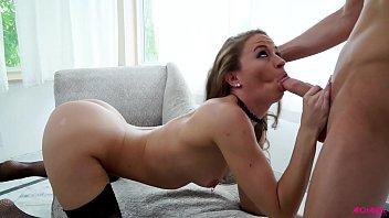 Мускулистый парень сношает очко сисятой матери на кожаном диване