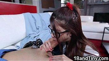 Молодая брюнетка и доктор занимаются поревом