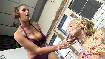 Мужик дрючит в вагину актрису в позе кама сутры наездницы на кастинге