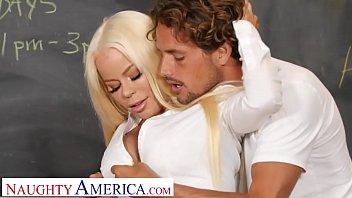 Шлюха-блондинка светит анусом в масле и принимает хуй в очко