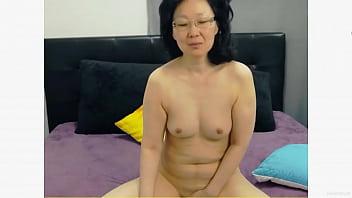 Молодая красотуля захватила завтрак в кровать развратного и ублажила его сексом