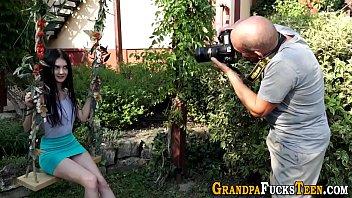 Русская невеста ласкает пиздень на камеру длинным планом