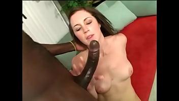Азиатка присела на столе и поставила попочку для порно