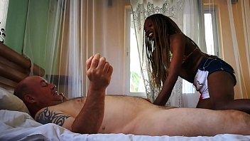 Похотливый мужик очень больно от трахал блондиночку с повязкой на виду