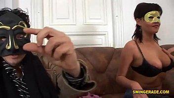 Молодая женщина с тугой попкой мастурбирует вульву на кухне