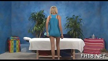 Девчонки на массаже загоняют страпон в дырочки