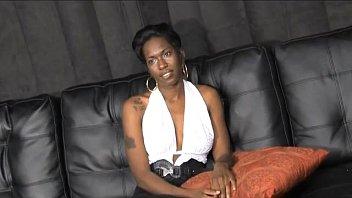 Проститутка оголила грудь и сбросила белые трусы, чтобы находилось удобнее дрючить пизду ладонью на койке