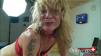 Страстную татуированную девушку пердолит в щелку жаркий любовничек