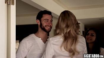 Супружеская пара спустилась на пол и устроила оральный секс