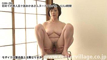Толстая мамаша в розовом пеньюаре бреет дырку в ванной