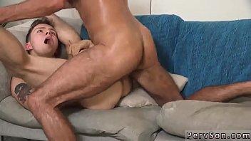 Молодухе в майке делают куни покуда она сосёт член молодчика